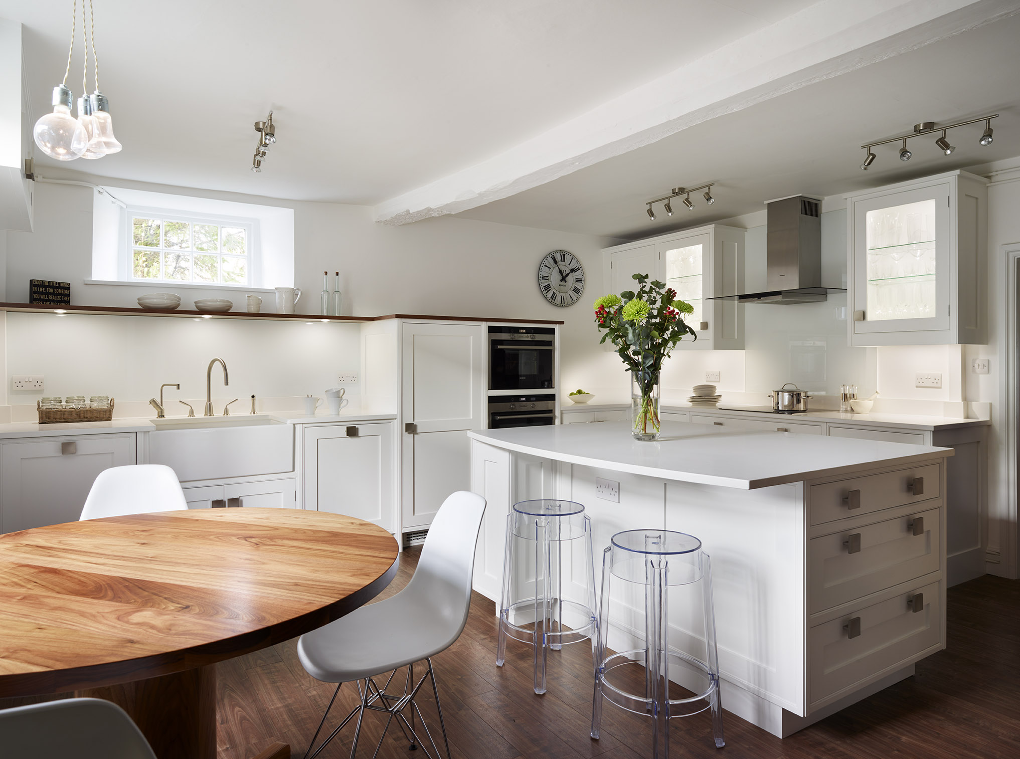 Stoke Goldington - Light and bright shaker kitchen with bespoke walnut circular table